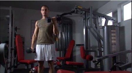 فوتیج تمرین جلو بازو با دمبل در باشگاه