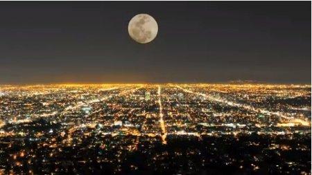 دانلود استوک فوتیج حرکت ماه بر سطح شهر