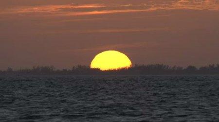 دانلود فوتیج فرو رفتن خورشید در دریا