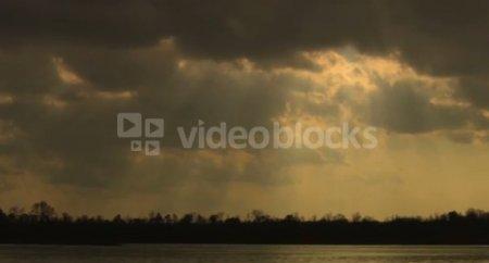 دانلود فوتیج آفتاب طلایی از پشت ابر