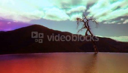 دانلود فوتیج عبور سریع ابرها بر دریاچه