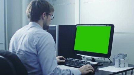 دانلود فوتیج زیبای کار کردن مهندس با کامپیوتر صفحه سبز